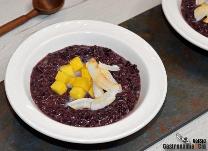 Pudin de arroz negro con mango y coco