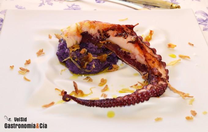 Pulpo a la parrilla con puré de patata violeta y ceboll