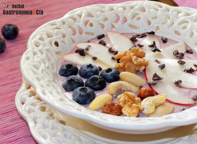 Queso fresco batido con açai, manzana y frutos secos