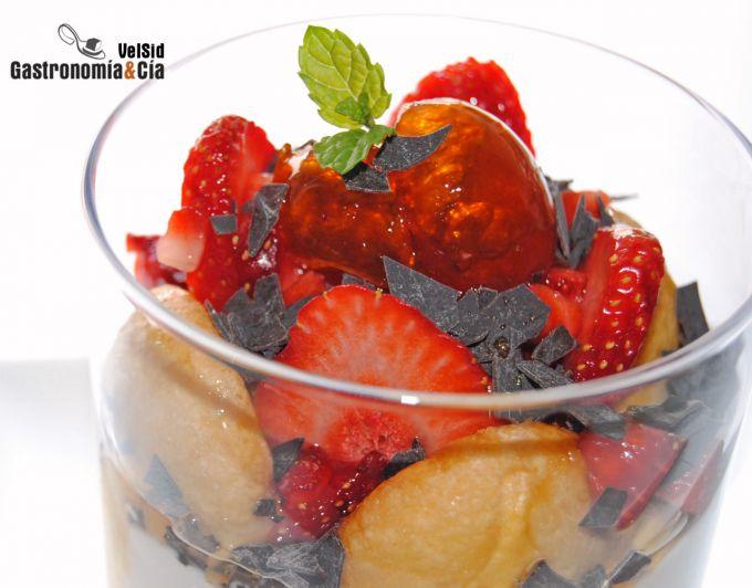 Queso fresco con fresas y kumquats en almíbar