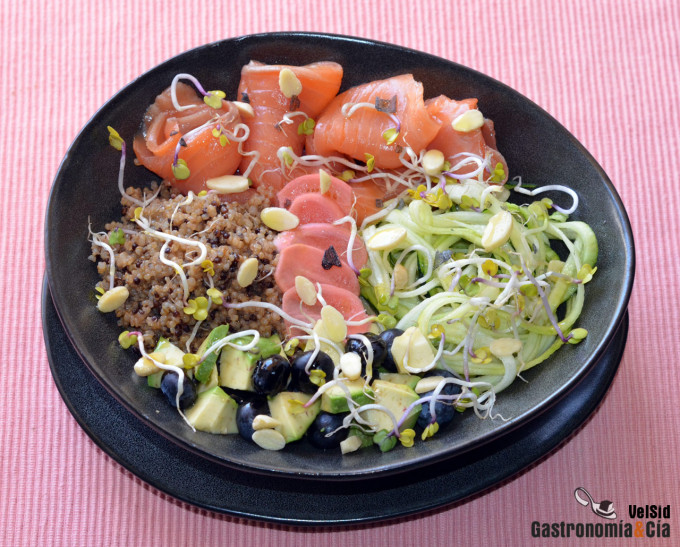 Espaguetis de calabacín con quinoa y salmón ahumado