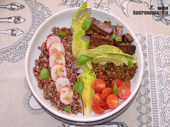 Quinoa roja con tofu marinado y aguacate