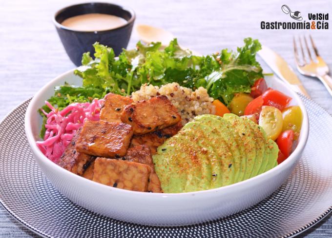 Ensalada de quinoa, tempeh, aguacate y brotes de kale