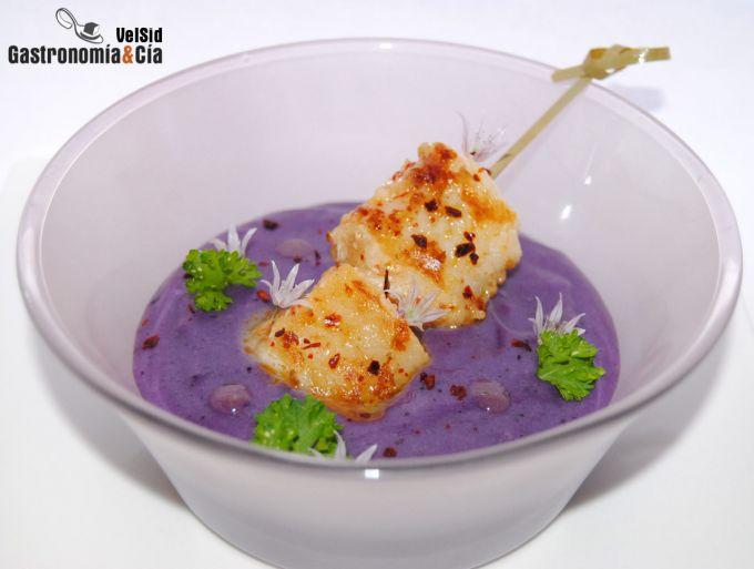 Brocheta de rape con parmentier de patata violeta