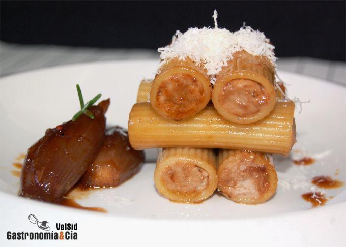 Rigatoni rellenos de cordero con chalotas caramelizadas