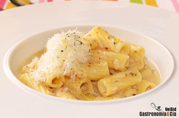 Rigatoni con sopa de parmesano