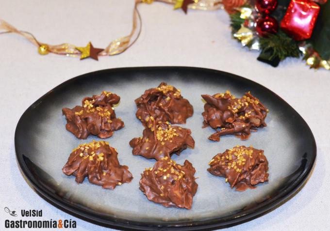 Rocas de chocolate con barquillos, cacao crujiente y ca