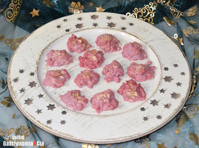 Rocas de chocolate ruby, almendra y piña
