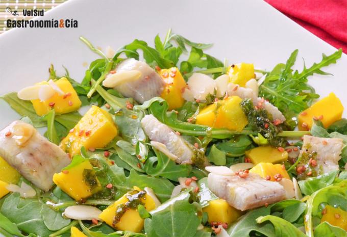 Ensalada de rúcula mango y anguila ahumada con vinagret