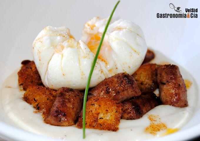 Salchichas y huevo poché sobre crema de coliflor