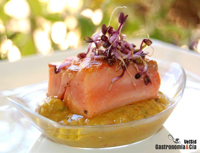 Salmón especiado con salsa de aguacate