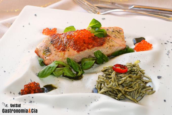 Salmón con gulas y plancton marino