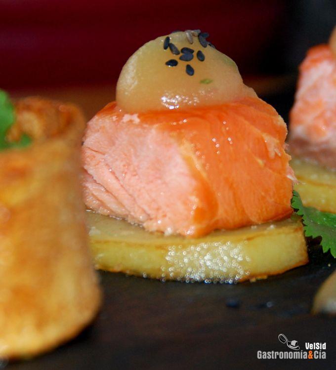 Pincho de patata confitada con salmón ahumado al horno