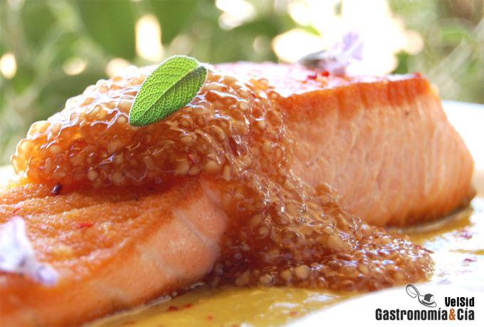 Salmón con salsa cremosa de piña y tapioca de soja