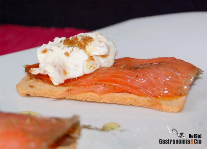 Salmón con queso crema, avellanas y orejones
