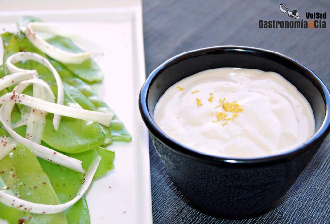 Salmón ahumado y tirabeques con salsa de coco y wasabi