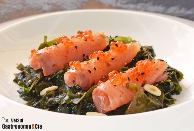 Ensalada de salmón ahumado y alga wakame