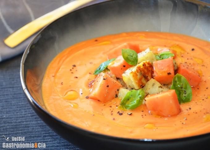 Salmorejo de papaya con queso halloumi y albahaca