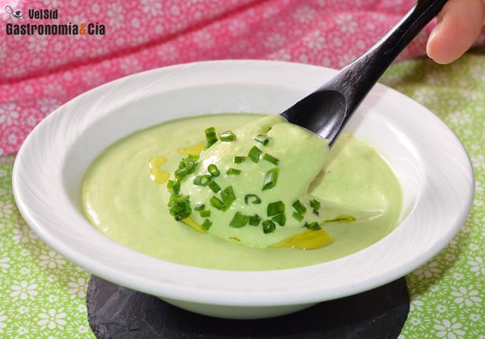 Salsa de yogur y cebollino, un aderezo ligero y delicio