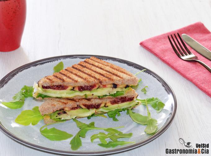 Sándwich con aguacate, higos y queso brie