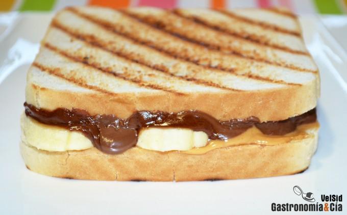 Sándwich de chocolate, crema de cacahuete y plátano