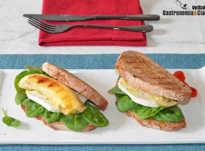 Sándwich de espinacas, queso fresco y plátano a la plan