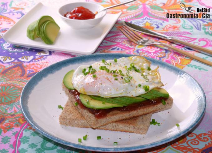Sándwich de huevo a la plancha con mermelada de tomate