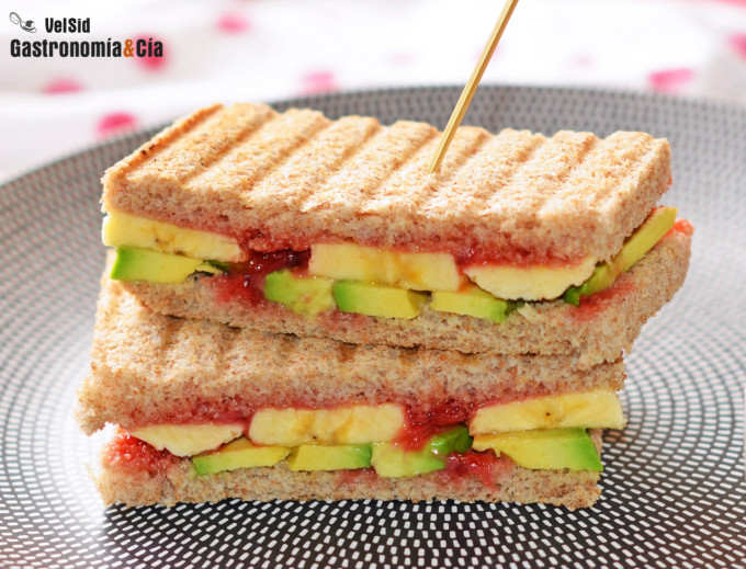 Sándwich de aguacate, plátano y coulis de fresa, un boc