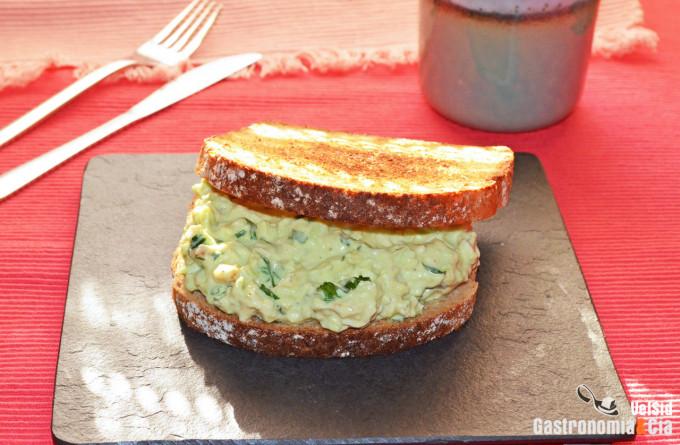 Sándwich de pollo y aguacate, un desayuno de aprovecham