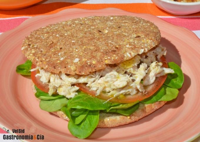 Sándwich De Pollo Desmechado Con Tomate Y Canónigos