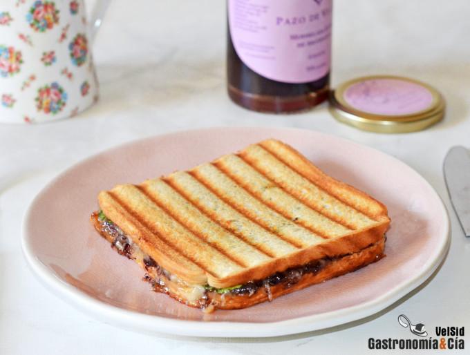 Sándwich caliente de queso, mermelada de arándanos y br