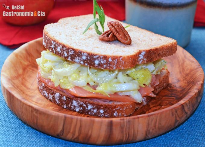 Sándwich de salmón y endibias con salsa de estragón