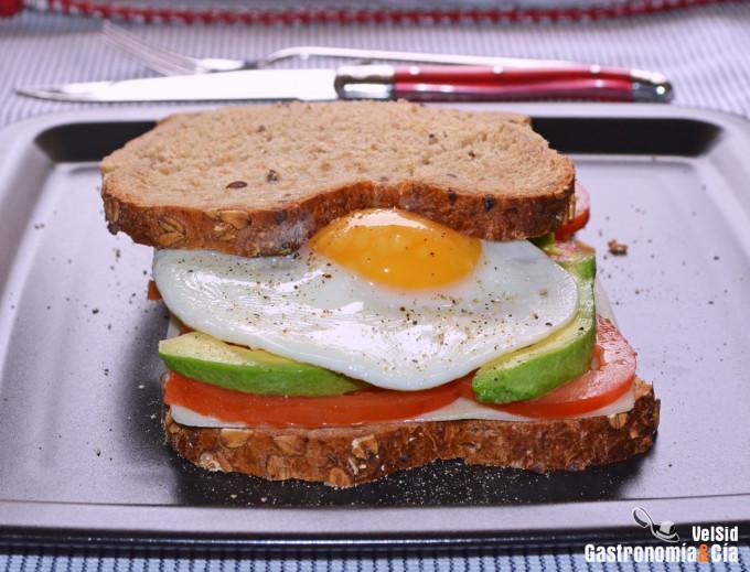 Sándwich de aguacate, tomate y huevo