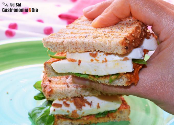 Sándwich de paté de tomate asado con mozzarella