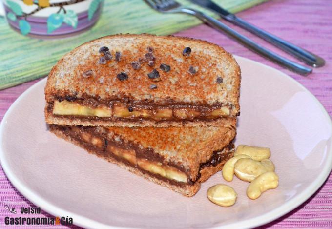Sándwich tostado de crema de cacao y anacardos con plát
