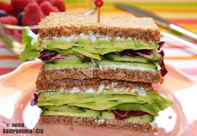Sándwich de centeno con pepino y aguacate