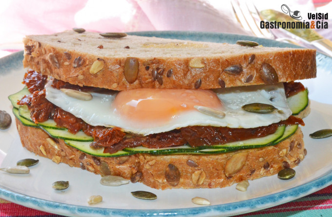 Sándwich de huevo, calabacín y tomate seco en aceite