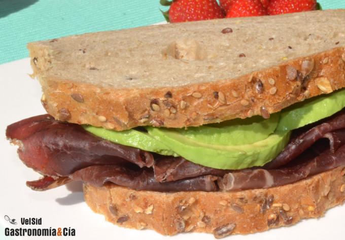 Sándwich integral de cecina y aguacate