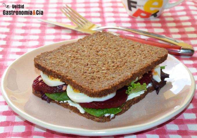 Sándwich de pan de centeno con huevo duro y remolacha
