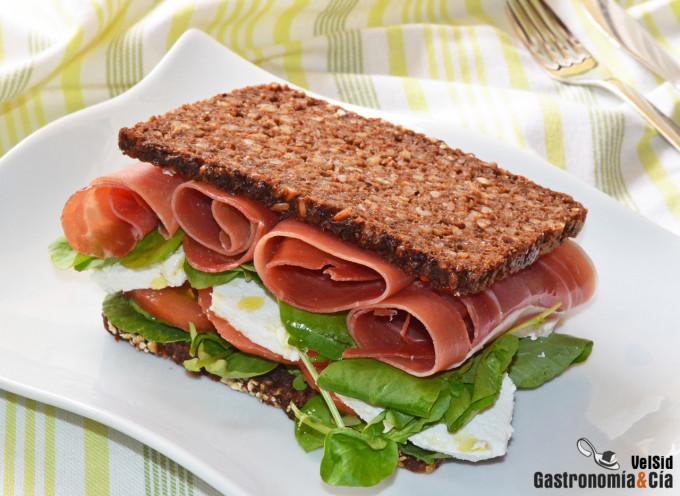 Sándwich de jamón serrano, requesón y berros