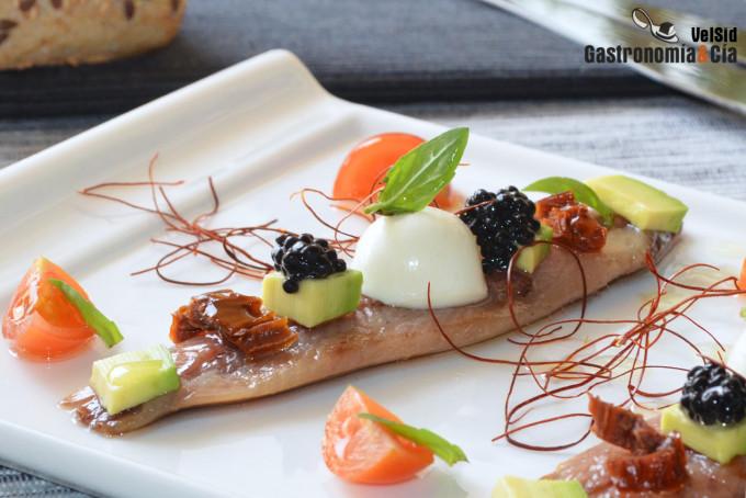 Sardinas ahumadas con tomate fresco y seco, aguacate y