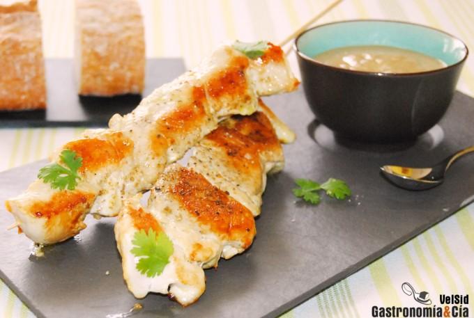 Brochetas de pollo con salsa satay receta f cil recetas - Como preparar pinchos de pollo ...
