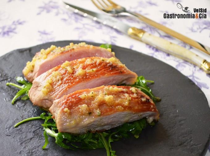 Secreto de cerdo con ajo asado y parmesano