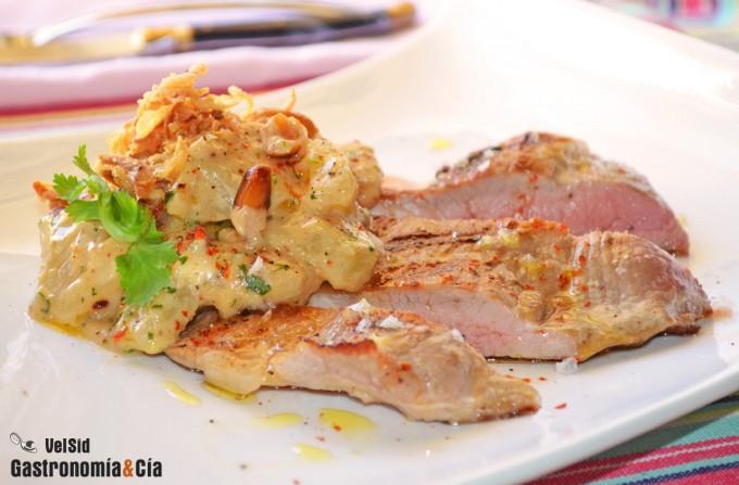 Secreto de cerdo con estofado ligero de piña y cacahuet