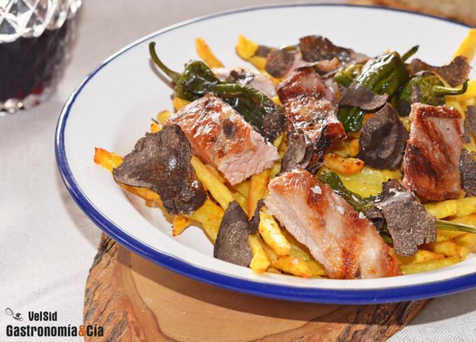 Secreto de cerdo con patatas, pimientos y trufa negra