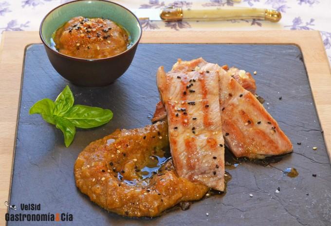 Secreto de cerdo con salsa yakiniku y caqui