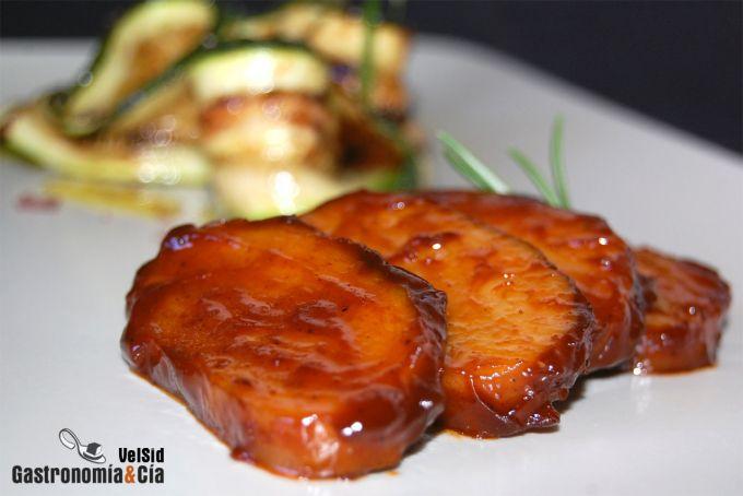 Seitán con salsa barbacoa y ensalada de calabacines