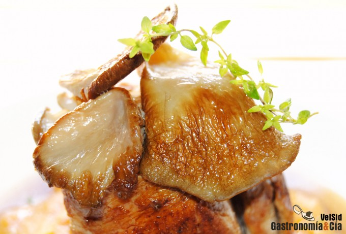 Solomillo de cerdo con puré de boniato y caldo de cebol