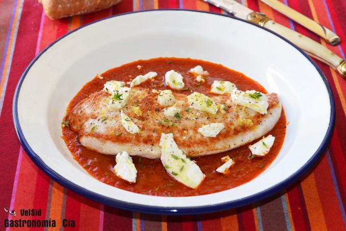 Solomillo de pavo con salsa de tomate y queso de cabra