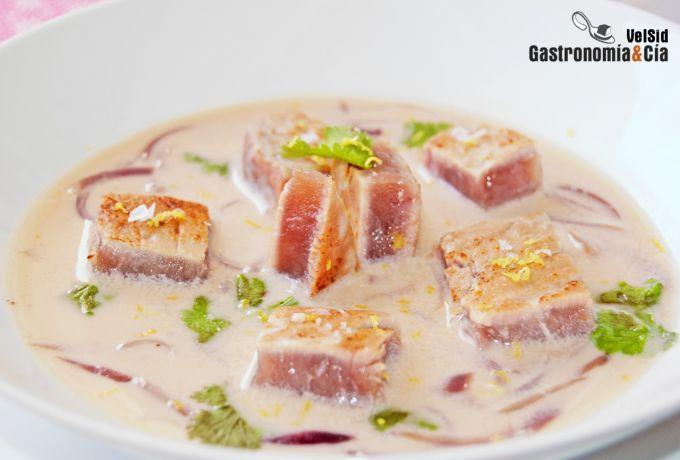 Sopa de cebolla, almendras y atún